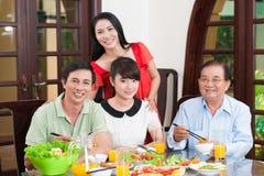 Familie bij de dinerlijst Royalty-vrije Stock Afbeeldingen