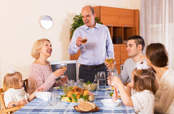 Familie bij de eettafel Royalty-vrije Stock Foto