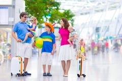 Familie bij de luchthaven Stock Foto