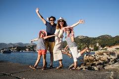 Familie bij de overzeese toevlucht stock foto's