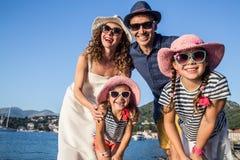 Familie bij de overzeese toevlucht royalty-vrije stock foto's