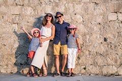 Familie bij de overzeese toevlucht stock afbeelding