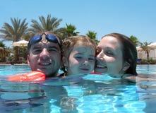 familie bij de pool stock foto's