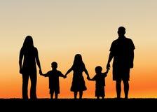 Familie bij de vectorillustratie van de Zonsondergang Stock Afbeelding