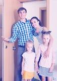 Familie bij deuropening van gehuurd bezit Stock Foto