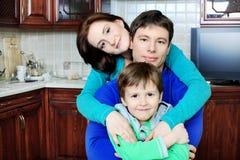Familie bij een keuken Stock Foto