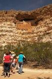 Familie bij het Kasteel van Montezuma Stock Afbeelding