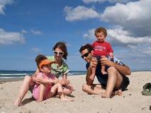 Familie bij het strand. Stock Afbeeldingen