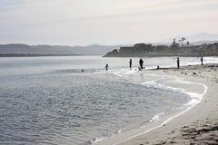 Familie bij het strand Stock Foto's