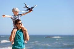 Familie bij het strand Stock Fotografie