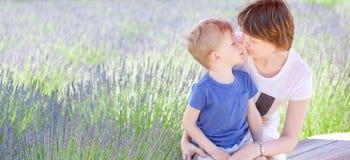 Familie bij lavendelgebied Stock Afbeelding