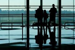 Familie bij luchthaventerminal stock afbeeldingen