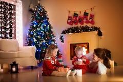 Familie bij open haard op Kerstmisvooravond stock foto's