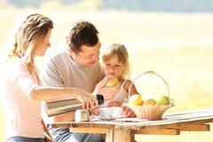 Familie bij picknick Stock Foto