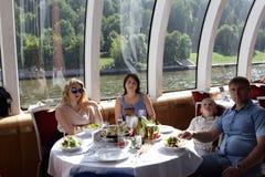 Familie bij rondetafel Stock Afbeeldingen