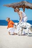 Familie bij strand royalty-vrije stock afbeeldingen