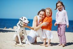 Familie bij strand Stock Afbeelding