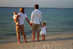Familie bij strand Stock Foto's