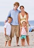 Familie bij strand Stock Fotografie