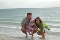 Familie bij strand Royalty-vrije Stock Afbeelding