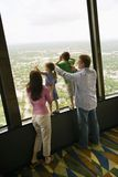 Familie bij venster. Royalty-vrije Stock Afbeelding