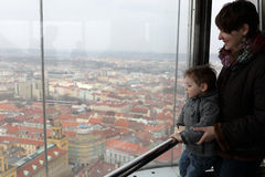 Familie bij waarnemingscentrum in Praag royalty-vrije stock fotografie