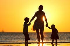 Familie bij zonsondergang Stock Fotografie