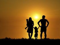 Familie bij Zonsondergang 4 Stock Afbeeldingen