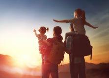 Familie bij zonsondergang Royalty-vrije Stock Afbeelding