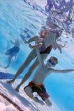 Familie bij zwembad Stock Fotografie