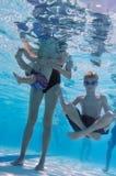 Familie bij zwembad Royalty-vrije Stock Afbeelding