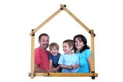 Familie bildet Messinstrumentsteuerknüppel in eine Hausform lizenzfreies stockbild