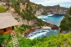 Familie binnenshuis op boom bij Atuh-strand, Nusa Penida Royalty-vrije Stock Fotografie