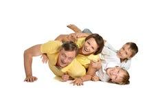 Familie am Boden, der auf einem Weiß aufwirft lizenzfreies stockbild