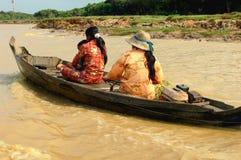 Familie in boot, Kambodja Royalty-vrije Stock Afbeeldingen