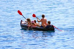 Familie canoeing Lizenzfreie Stockfotos