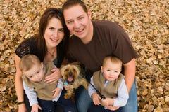 Familie in de herfst Stock Afbeeldingen