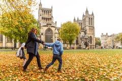 Familie in de herfst in Bristol Stock Afbeeldingen