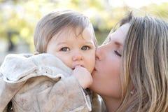 Familie in de herfst: De Zoon van de moeder en van de Baby Royalty-vrije Stock Fotografie