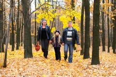 Familie in de herfstbos Stock Afbeelding