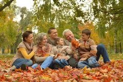 Familie in de herfstbos Stock Fotografie