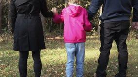 Familie in de herfstdag in het park stock videobeelden