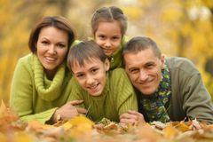 Familie in de herfstpark Stock Fotografie