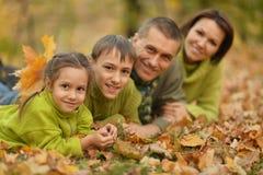 Familie in de herfstpark Stock Foto's