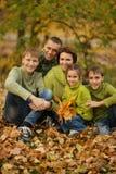 Familie in de herfstpark Stock Afbeeldingen