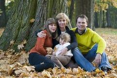Familie in de herfstpark Royalty-vrije Stock Afbeeldingen