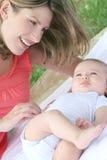 Familie: De Jongen van de moeder en van de Baby Stock Afbeelding