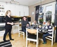 Familie in de Keuken royalty-vrije stock fotografie