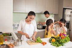 Familie in de keuken Stock Foto