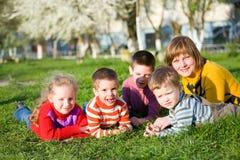Familie in de lentepark Stock Foto's